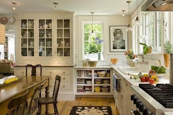 Большой буфет для кухни, чтобы хранить посуду