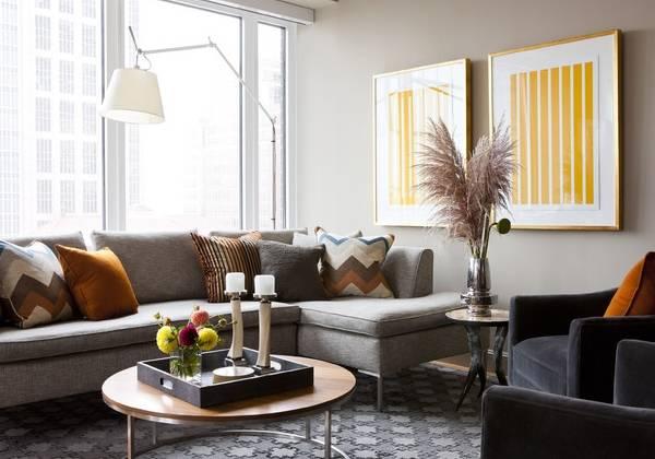 Серый диван и ковер в сочетании с другими цветами в интерьере