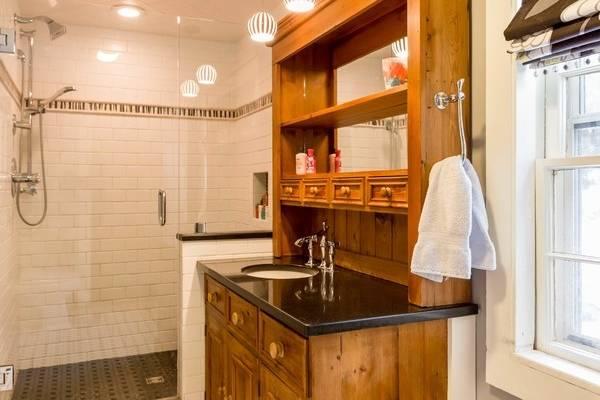 Старая мебель - буфет как шкаф под умывальник в ванной