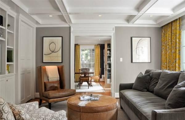 Серо бежевый цвет в интерьере гостиной с желтыми шторами