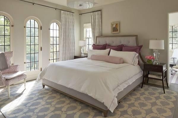 Интерьер в сером и бежевом цвете - фото спальни