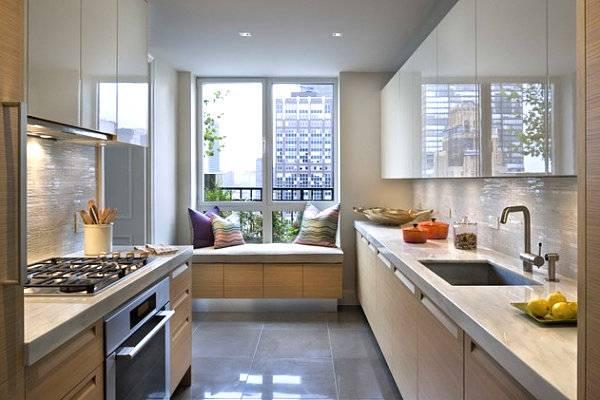 Современный интерьер кухни с эркером и диваном для отдыха в нем