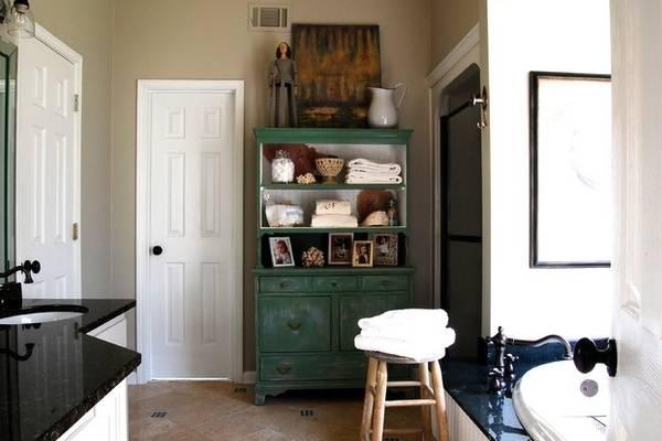 Старинный буфет - фото в ванной комнате