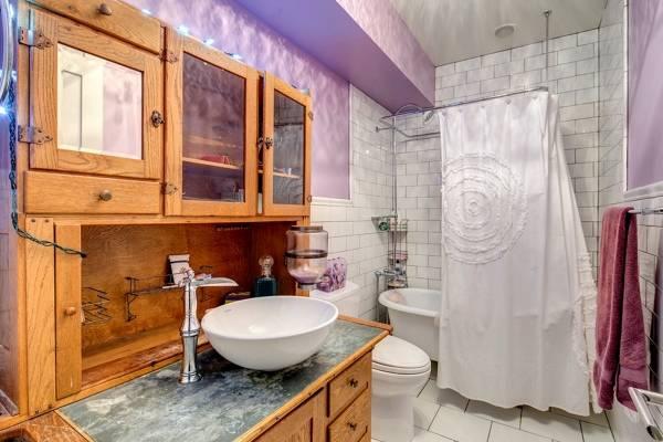 Деревянный буфет - фото в современной ванной комнате