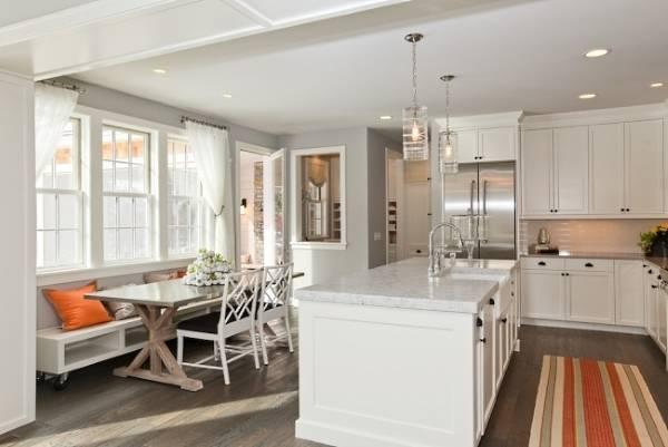 Светло серый цвет в интерьере кухни в сочетании с коричневым