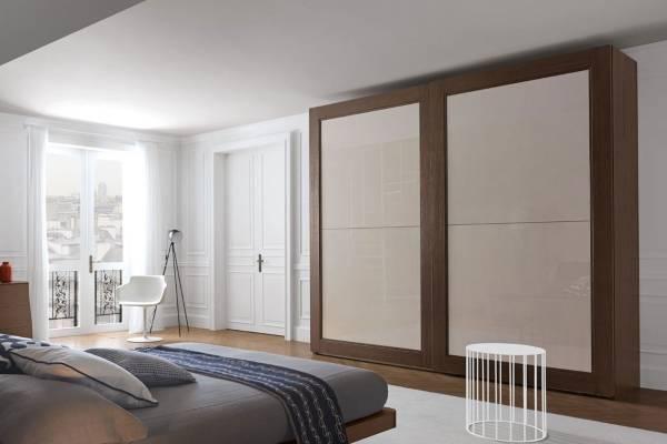 Классические белые двери в интерьере квартиры - фото спальни