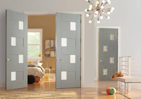 Светлый цвет дверей и пола в интерьере - фото