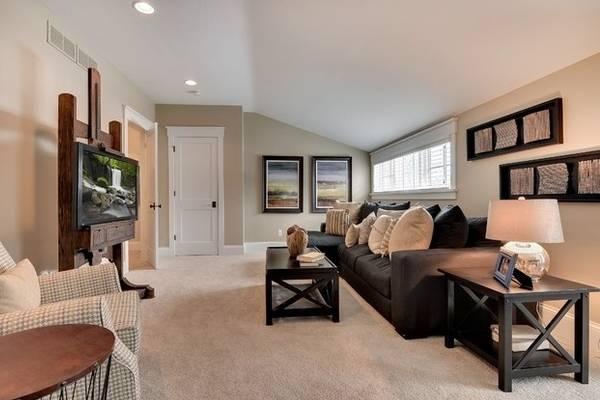Светлые двери и полы в интерьере - фото гостиной