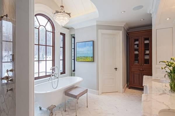 Светлые двери в интерьере ванной комнаты с белой плиткой