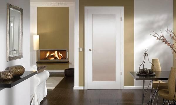 Белые двери в интерьере гостиной с коричневым полом