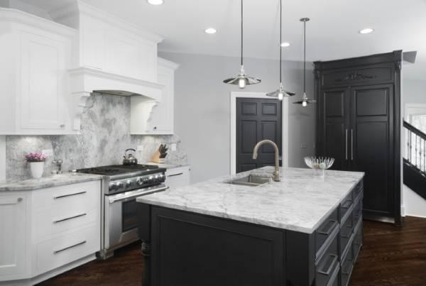 Темный цвет дверей и пола в интерьере - фото кухни