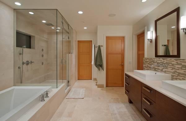 Темные двери в светлом интерьере ванной комнаты