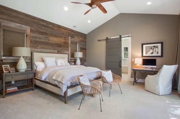 Красивое сочетание цвета дверей и пола в интерьере спальни