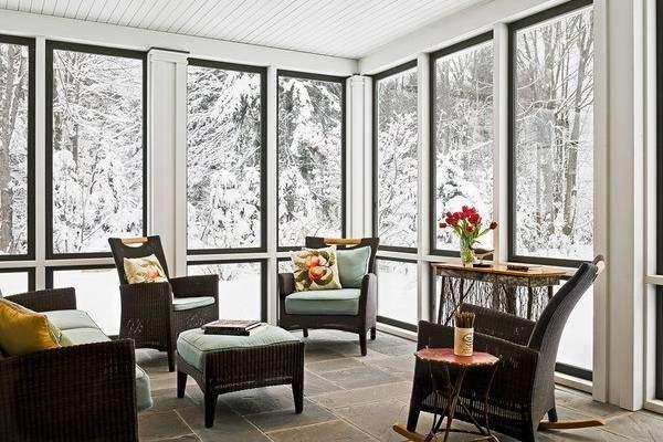 Плетеные кресла и диваны в дизайне закрытой веранды