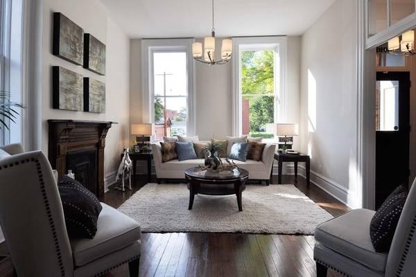Как расставить мебель в гостиной - фото интерьер частного дома