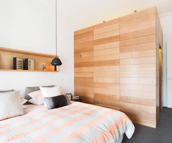 Отдельная встроенная гардеробная комната в спальне - фото