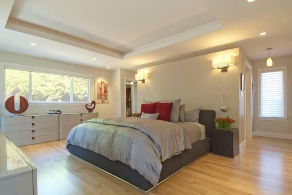 Небольшая гардеробная в спальне за изголовьем кровати