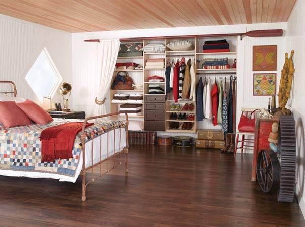 Небольшая гардеробная комната в спальне - фото гардеробной системы