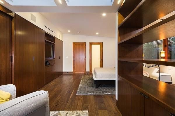Интерьер спальни с гардеробной - фото встроенной мебели