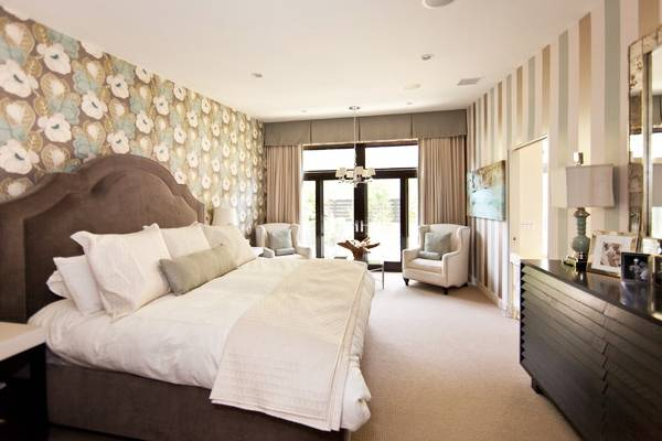 Комбинированные обои в дизайне спальни