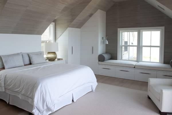 Г-образная угловая гардеробная в спальне - фото