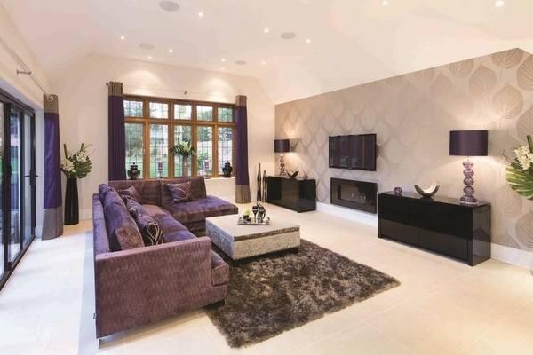 Комбинация обоев в интерьере - фото гостиной частного дома