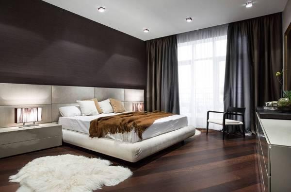 Двуспальная кровать с мягким изголовьем светлого цвета