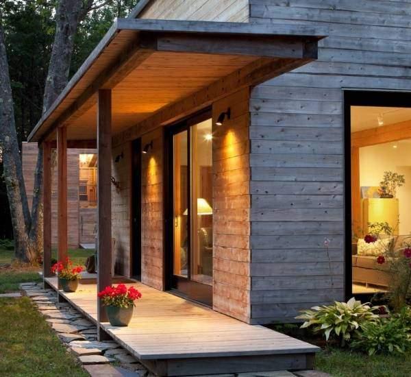 Маленькое крыльцо из дерева для современного частного дома