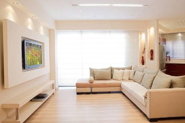 Гипсокартонная стена с нишами под телевизор и встроенной полкой
