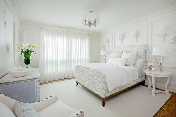 Стильные кровати из массива дерева с мягким изголовьем