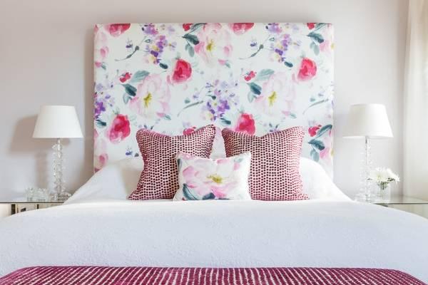 Красивые кровати с мягким изголовьем из яркой ткани