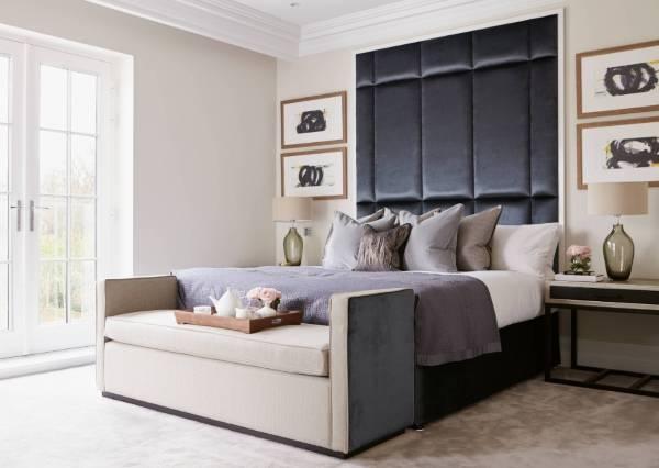 Современная кровать с высоким мягким изголовьем в интерьере