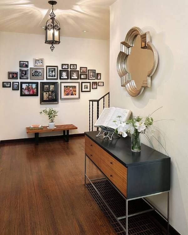 Как красиво повесить фотографии на стену - фото коридора
