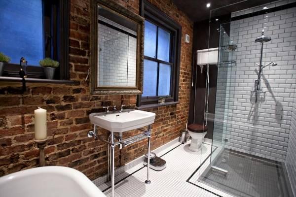 Ванная комната лофт с кирпичной стеной