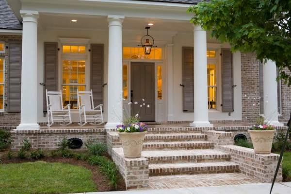Крыльцо в частном доме - фото с колоннами и навесом