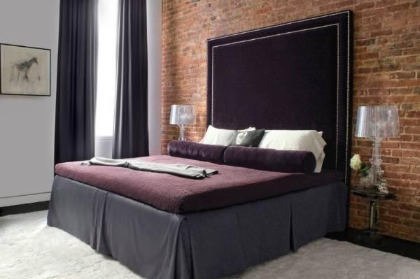 Роскошная кровать с высоким мягким изголовьем из бархата