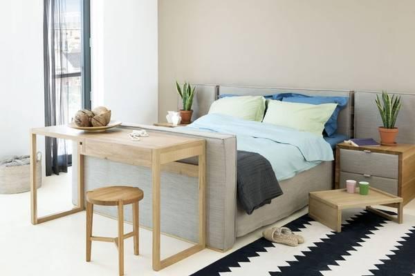 Кровать с обивкой из ткани серого цвета