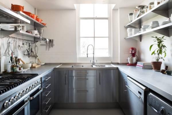 Простые и вместительные рейлинги для кухни - фото в интерьере