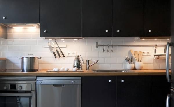 Стальные рейлинги для кухни - фото в дизайне кухни