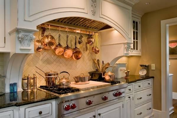 Медная кухонная утварь в дизайне интерьера