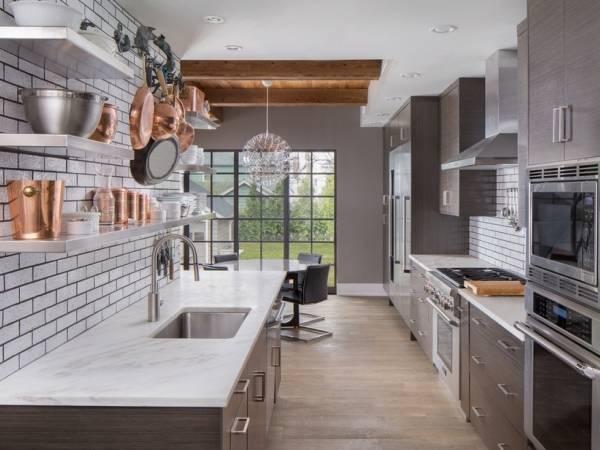 Набор кухонной посуды из меди в современном дизайне кухни