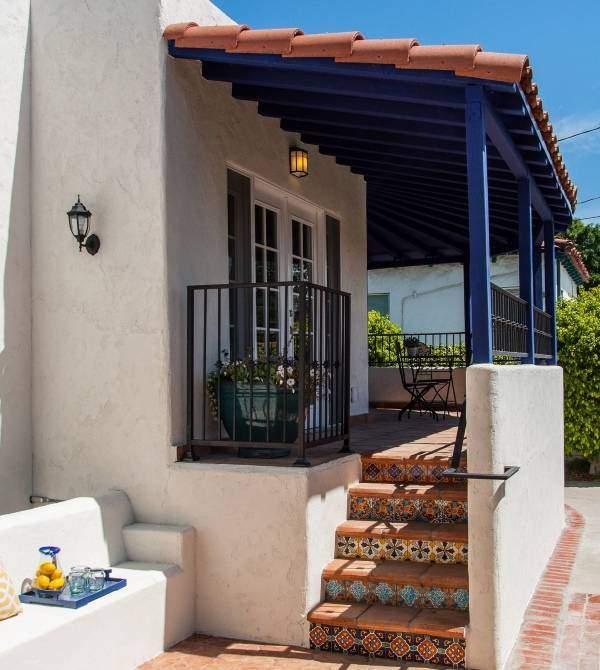 Средиземноморский дизайн крыльца частного дома - фото