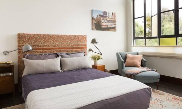 Сделанная своими руками кровать с мягким изголовьем - фото в интерьере