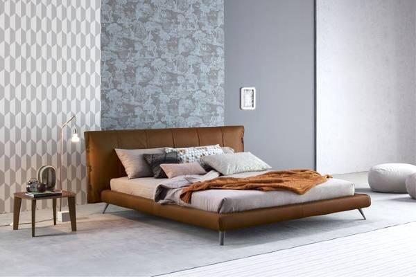 Двуспальная кровать с мягким изголовьем и кожаной обивкой