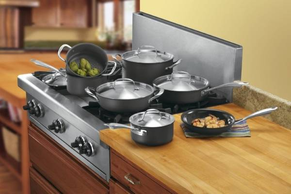 Керамические предметы кухонной утвари на плите