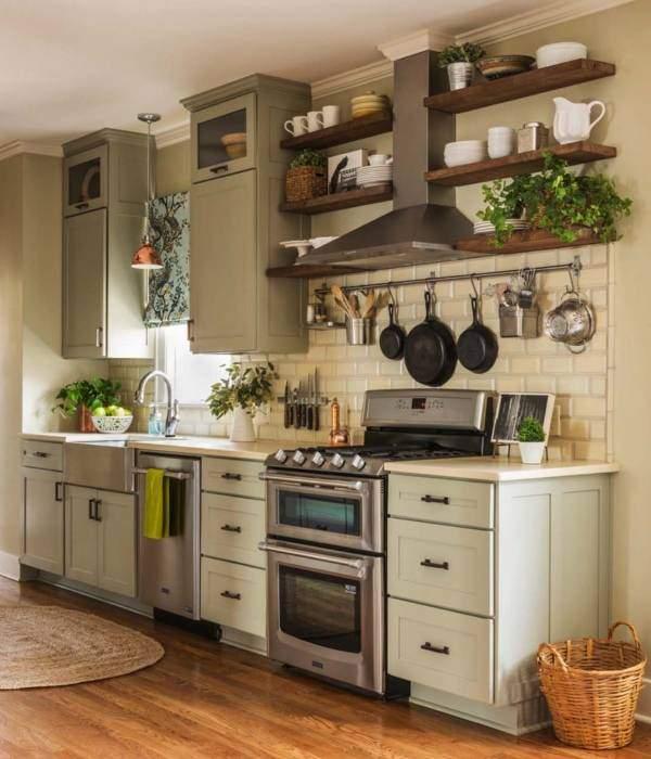 Компактная система рейлингов для кухни над плитой
