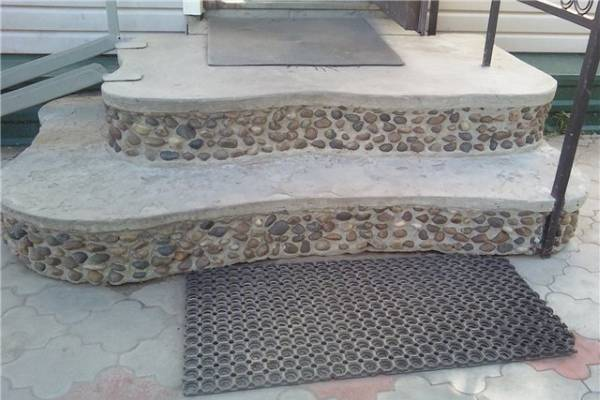 Необычная отделка крыльца из бетона мелкими камушками