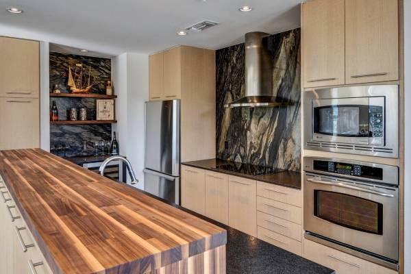 Стильный дизайн кухни с натуральным деревом и красивыми стенами