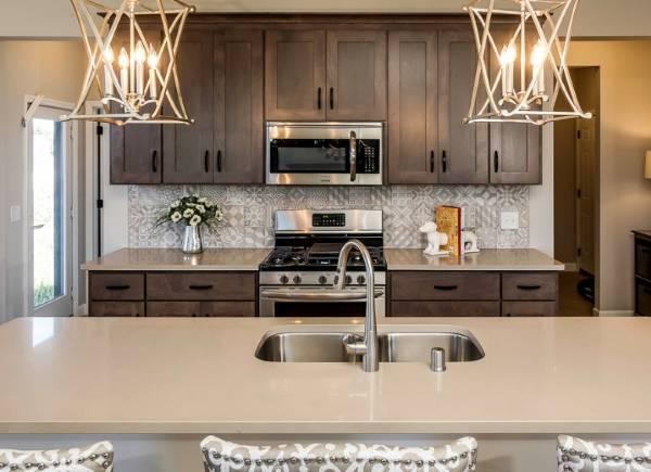 Оригинальный дизайн кухни - стильный декор и светильники