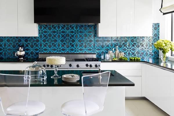 Интересный дизайн кухни с яркой плиткой для фартука